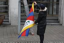 """V neděli ráno vystřídala českou státní vlaku na žerdi před budovou magistrátu vlajka tibetská. Havířov se tímto gestem zapojil do mezinárodní kampaně """"Vlajka pro Tibet""""."""