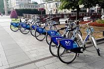 Sdílená kola na náměstí Republiky v centru Havířova.