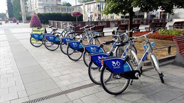 Sdílená kola na náměstí Republiky vcentru Havířova.