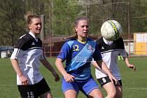 Havířovské fotbalistky (v modrém) porazily doma Vsetín a vyhrály základní část MS ligy.