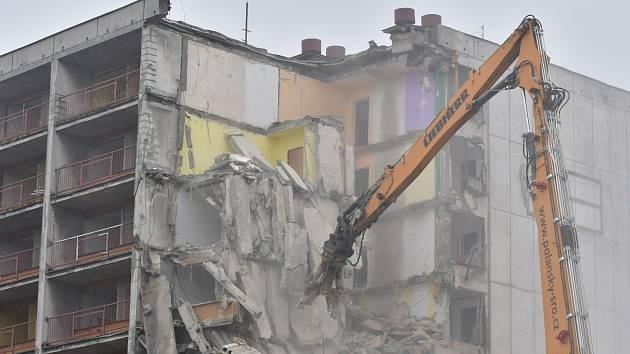 Demolice bývalé hornické ubytovny Kosmos v Karviné, 9. listopadu 2020.