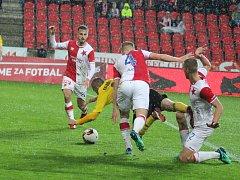 Karvinští fotbalisté (ve žlutém) bojovali v Edenu srdnatě, ale padli.