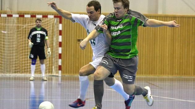 Josef Cieslar (v bílém) zaznamenal proti Vamberku gól v obou zápasech. Stonava slaví postup.