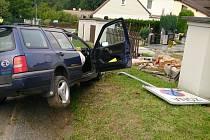 Nehoda osobního vozidla, které rozbořilo plot hřbitova.