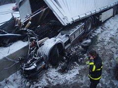 Vážná nehoda kamionu v Ropici, kterému se při najetí na mostní konstrukci utrhla kabina.