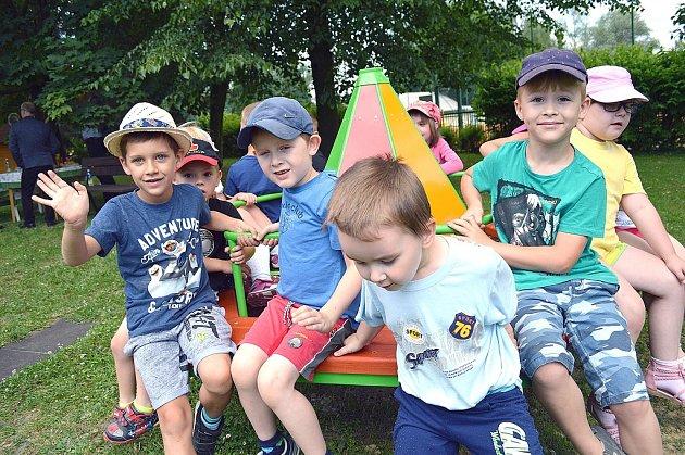 Petrovické děti na novém kolotoči.