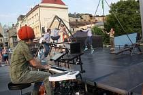 Festival Bez Hranic. Ilustrační foto z představení akrobatické skupiny Cirk La Putyka na mostě Družby v Českém Těšíně.