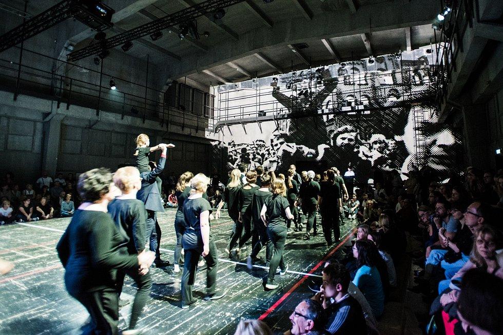 Teatr Łaźnia Kraków slibuje nevšední zážitek ze hry Wałęsa w Kolonos, kde v titulní roli exceluje Jerzy Stuhr.