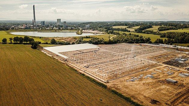 """Moderní skleníky o rozloze 11 hektarů """"rostou"""" v blízkosti dětmarovické elektrárny."""