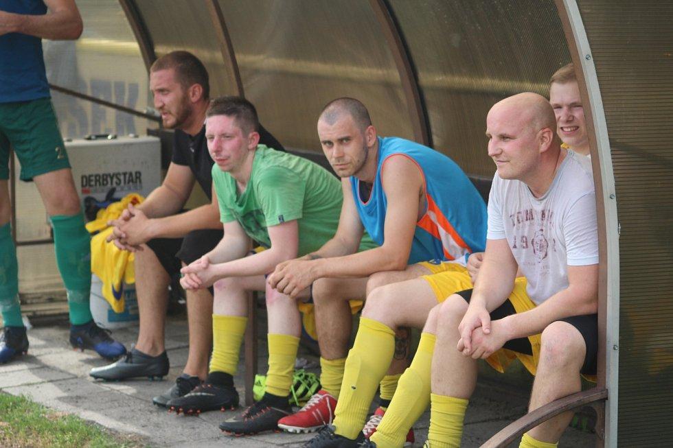 V sousedském derby šlo o hodně. Lutyni (ve žlutém) nakonec remíza 1:1 se Záblatím stačila k postupu do I.A třídy.