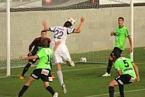 Karvinští (v bílém) prožili vydařenou domácí premiéru. Vyšehrad porazili 4:0.