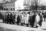 Odvedenci na náměstí v Doubravě v roce 1947.
