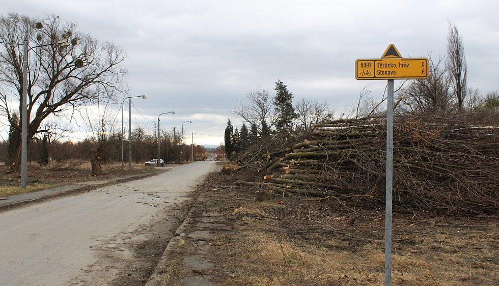 V Karviné-Darkově se kácejí stromy, přípravy na stavbu silničního obchvatu začaly.