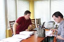 Jako úředník zavalený papíry si musel po oba dny v Karviné připadat výkonný ředitel krajské akademie Tomáš Bernady (vlevo).