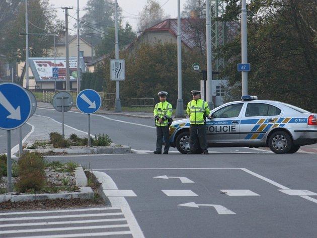 Policie evakuovala část obce a uzavřela dopravu.