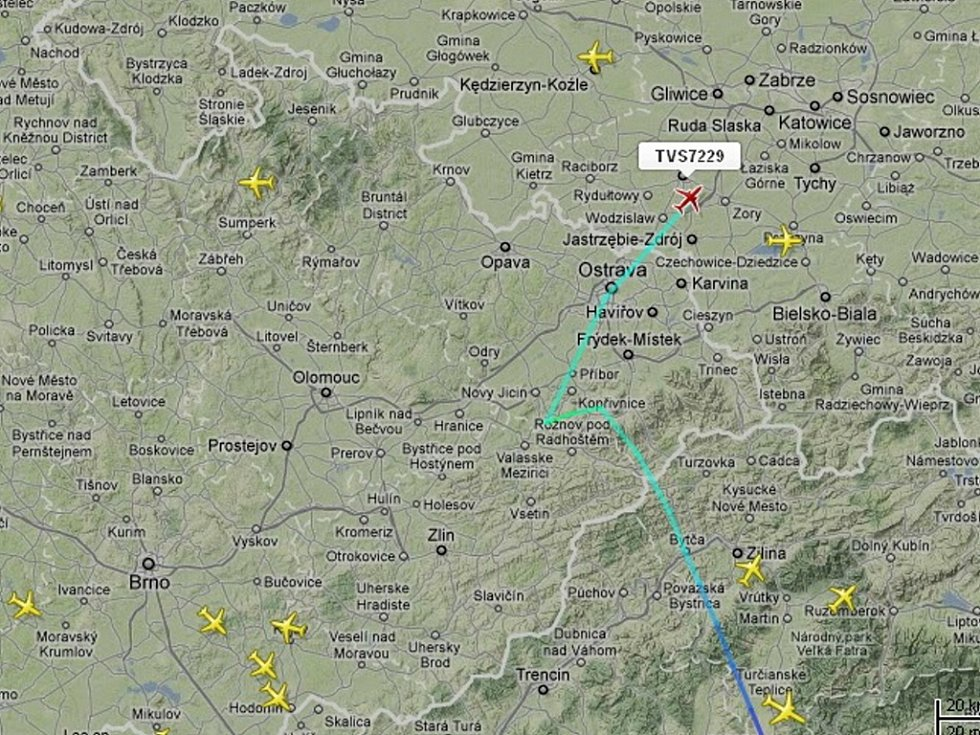 Snímek z radaru zachycuje Boeing 737-800 OK-TVP Travel Service (červeně označená ikonka) krátce po letmém mezipřistání v Mošnově v úterý 8. 5. 2012 cestou do Polska.