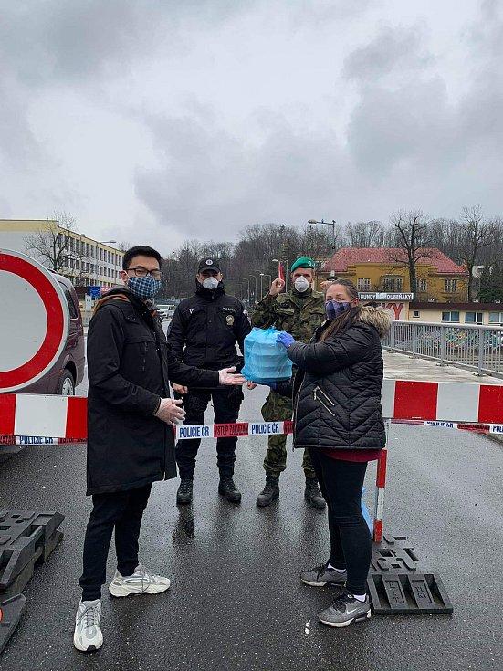 Vietnamská restaurace v Českém Těšíně minulý týden zásobovala vojáky a policisty na hranicích teplými jídlem.