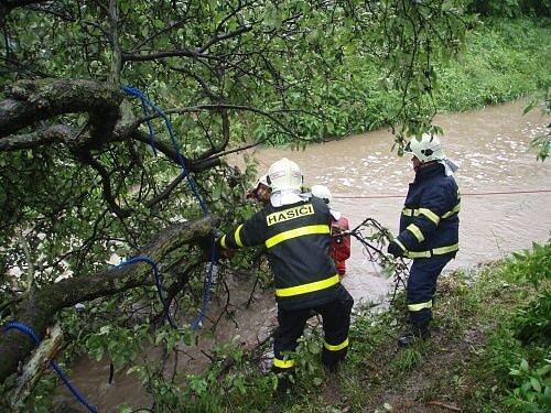 Prudké deště zaměstnaly hasiče v Českém Těšíně. Dvě jednotky vyjely do ulice Tovární, kde se rozvodnil potok Sadový.