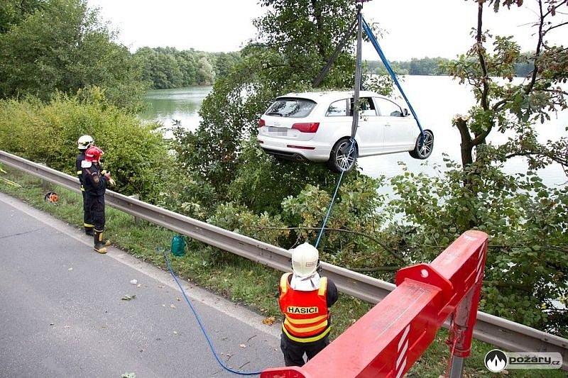 Celkem tři jednotky hasičů se podílely na vyproštění automobilu z rybníka v Rychvaldě.