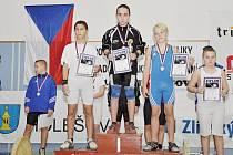 Medailisté z váhy do 50 kg mladších žáků. Zleva druhý Jiří Červeňák (Horní Suchá), vítězný Nikolas Brezina (Havířov) a třetí Jan Bubla (Rotava).