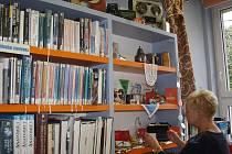 Výstavku v retro stylu si mohou až do konce října prohlédnout dospělí čtenáři knihovny v Karviné-Novém Městě.
