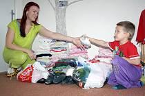 Oblečení, hračky a další věci čekají u Veroniky Kunschkeové na předání maminkám a dětem v azylovém domě.