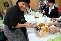 Na Štědrý den odpoledne v havířovském Městském klubu seniorů osamělí senioři povečeřeli s primátorem Havířova Danielem Pawlasem a jeho náměstkem Danielem Vachtarčíkem.