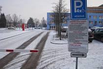 Placené parkoviště u havířovské nemocnice.
