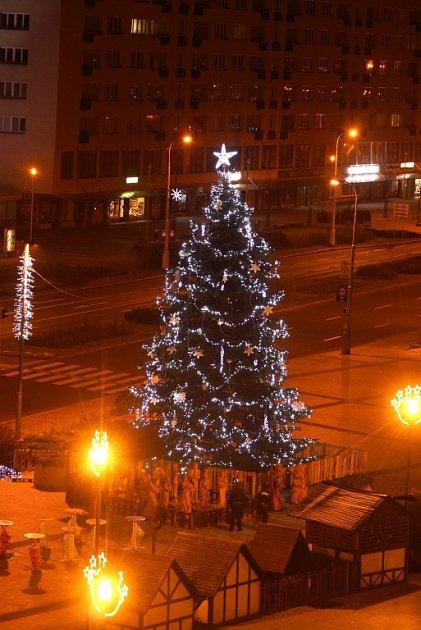 Vánoční strom vcentru Havířova. Strom pro Vánoce 2016městu věnovala rodina ze Životic.