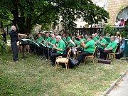 V parku za Kulturním domem Radost v neděli 7. července odpoledne byla zahájena série osmi prázdninových promenádních koncertů pod širým nebem.