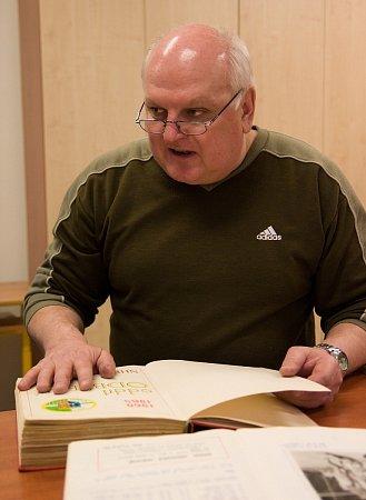 Předseda klubu Dušan Duraj listuje bohatou klubovou kronikou.