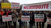 Před Krajským úřadem v Ostravě demonstrují ve čtvrtek dopoledne Orlované. Zastupitelé mají schvalovat restrukturalizaci nemocnic a personálu té orlovské,ani lidem se to nelíbí.