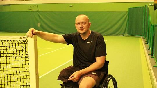 """1) Jakýkoli handicap neznamená nutně konec života. Tímto heslem se řídí čtyřicetiletý karvinský sportovec David Filipowski, který se již čtvrtým rokem věnuje tenisu. A to i přesto, že je odkázán kvůli amputaci pravé nohy na invalidní vozík.  """"K tomuto spo"""