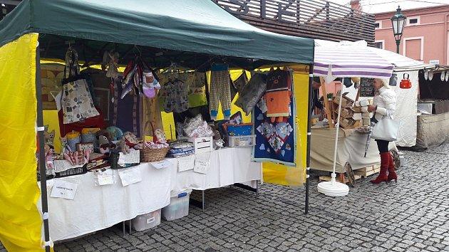 Na Farmářském trhu vKarviné se prodává iběžné komerční zboží.