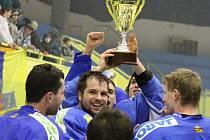 Orlovští hokejisté (v modrém) porazili Studénku a vyhráli Moravskoslezskou krajskou ligu mužů.
