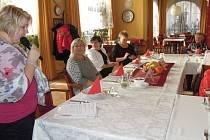 Sváteční posezení se seniory.