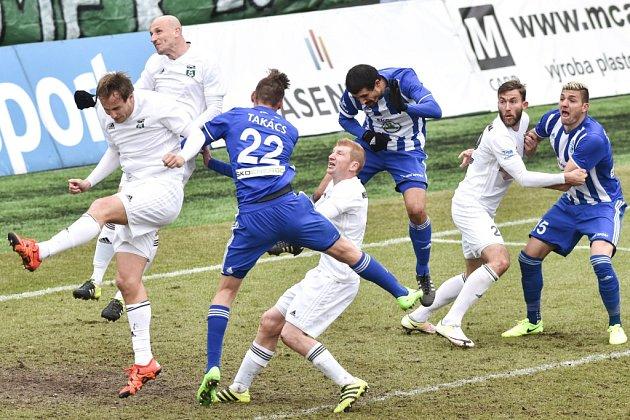 Karvinští fotbalisté (vbílém) remizovali doma sMladou Boleslaví 1:1.