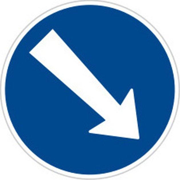 Dopravní značka C4a Přikázaný směr objíždění vpravo.