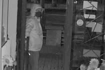 Muž v Havířově ukradl ve večerce pokladnu. Policie zveřejnila záznamy.