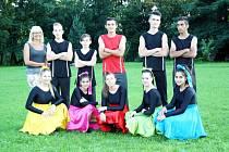 Mladí tanečníci z Dětského domova Srdce. Na snímku se svou trenérkou Dagmar Brokešovou.