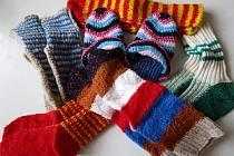 Členky Seniorklubu Bohumín píší pohlednice do domovů seniorů, pletou teplé ponožky pro tamní babičky a dědečky, vyrábějí pro ně drobné dárky k Vánocům.