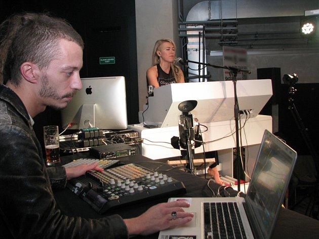 Hudební klub v kině Centrum. Kateřina Chroboková a DJ Dafake Panda.