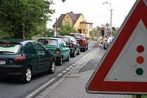 Dopravu po objízdné trase řídí semafory.