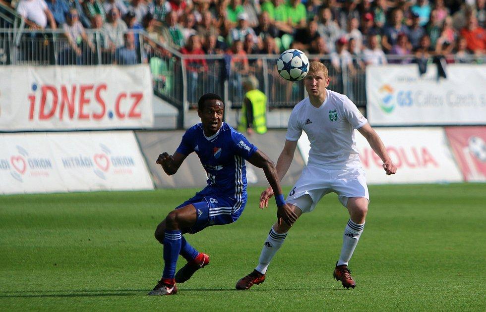 Fotbalové derby Karviná - Baník Ostrava (v modrém).
