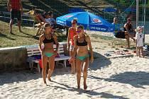 Na mistrovství republiky juniorek skončily obě hráčky čtvrté (pod dozorem Diany Žolnerčíkové (vzadu), která je doprovází během léta po turnajích).