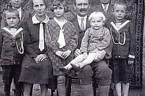 Rodinná fotografie z roku 1931. Zprava Jan, Rudolf, tatínek Antonín s Karlem v náručí, Marta, maminka Anna, Oto, Toník.