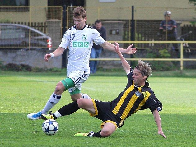 Fotbalové derby mezi Českým Těšínem a Karvinou B (v bílém) bylo vyhrocené.