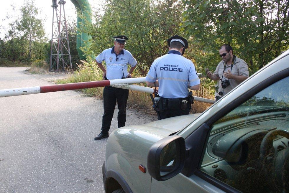 Organizátor akce Bohdan Svorník při řešení uzavřené silnice.