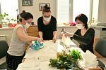 Roušky už šijí i klienti a pracovníci terapeutických dílem v Centru sociálních služeb v Bohumíně.