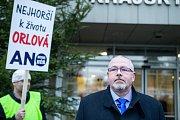 Demonstrace za záchranu nemocnice v Orlové na Karvinsku před zasedáním krajského zastupitelstva. Na snímku Martin Gebauer, náměstek hejtmana kraje pro zdravotnictví.